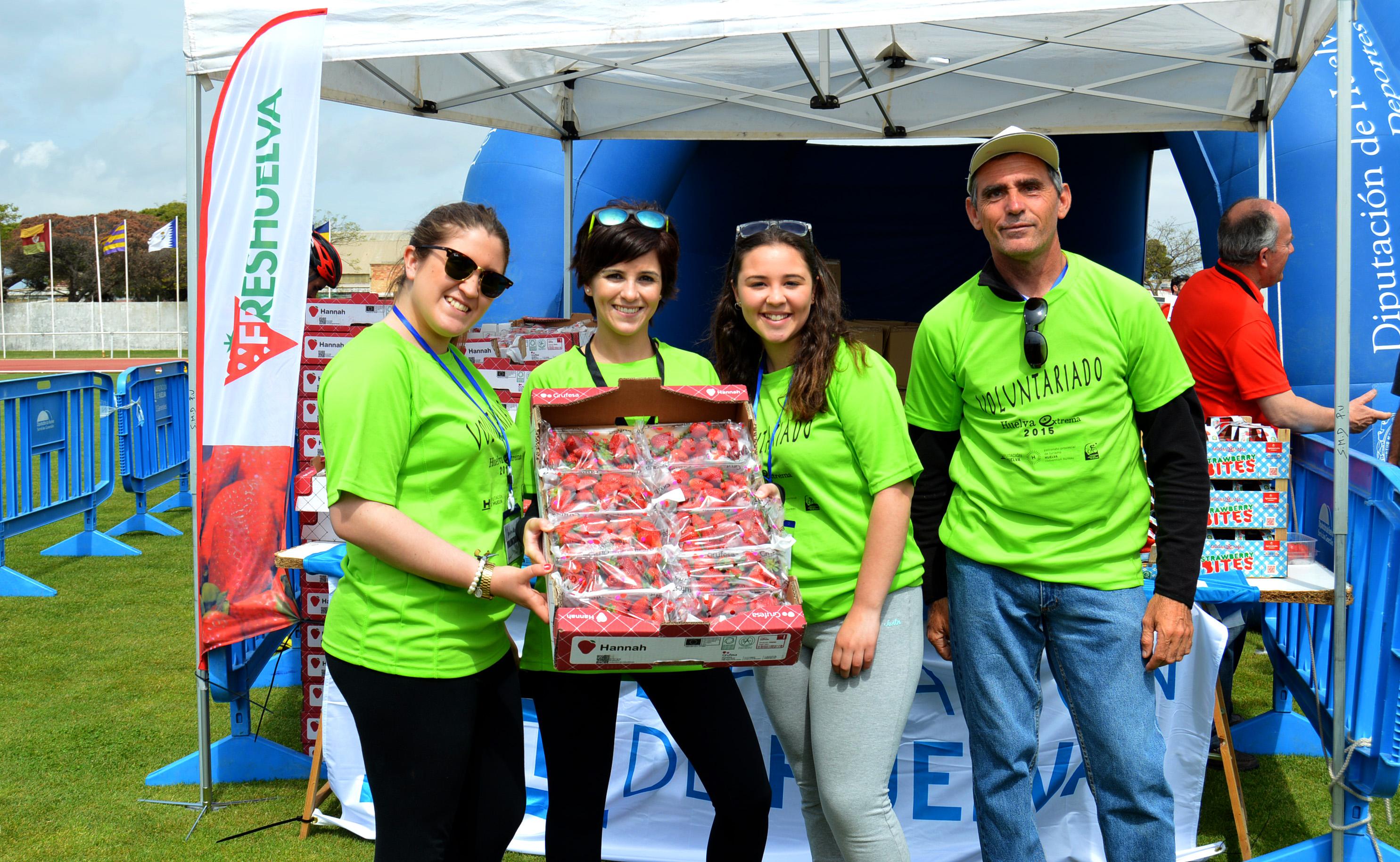 Los voluntarios que participaron en la carrera con las fresas de Grufesa