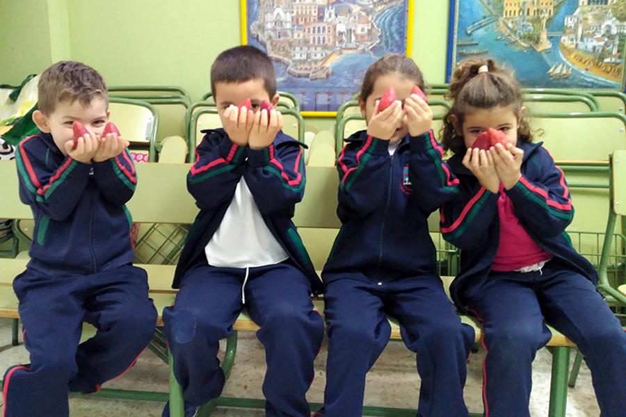 Grufesa ofrece fresas para un desayuno saludable a los niños del colegio Arias Montano