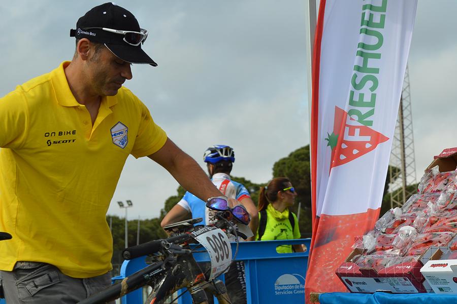 Grufesa aporta fresas para la recuperación de los ciclistas de la 'Huelva Extrema'