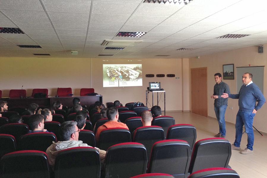 Grufesa presenta a 35 estudiantes de Geografía y Gestión del Territorio el cultivo de la fresa