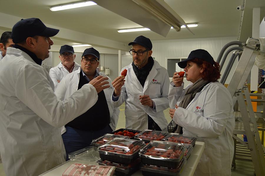 La influyente blogger francesa Cricri visita Grufesa para conocer las fases de producción de la fresa