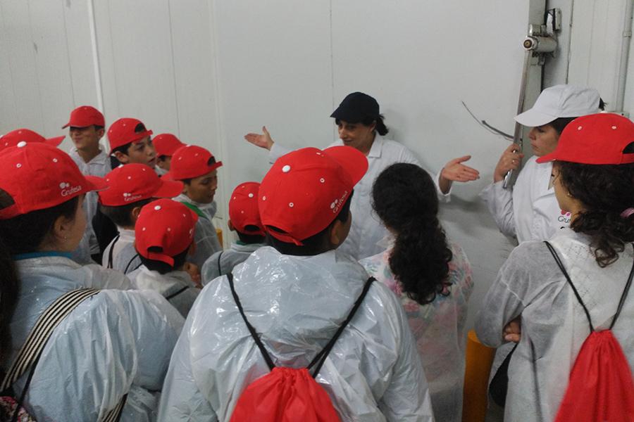 300 alumnos de Moguer y Mazagón valoran el esfuerzo y sacrificio que hay detrás del sector en una visita a las instalaciones de Grufesa