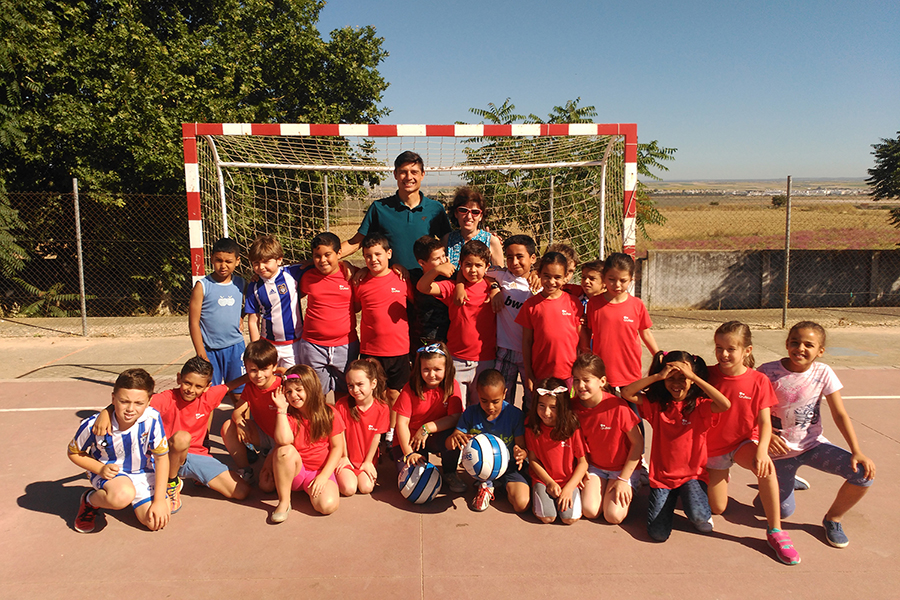 Jesús Vázquez, Javier Macías, Pedro Alonso Niño and Recreativo Bádminton IES La Orden teach students the importance of sport for their development and a healthy life